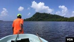 Peter Immanuel, một người dân địa phương, kéo thuyền ra khỏi vùng nước nông để chuẩn bị đi câu cá, Pohnpei, Liên bang Micronesia, ngày 27 tháng 4, 2017.