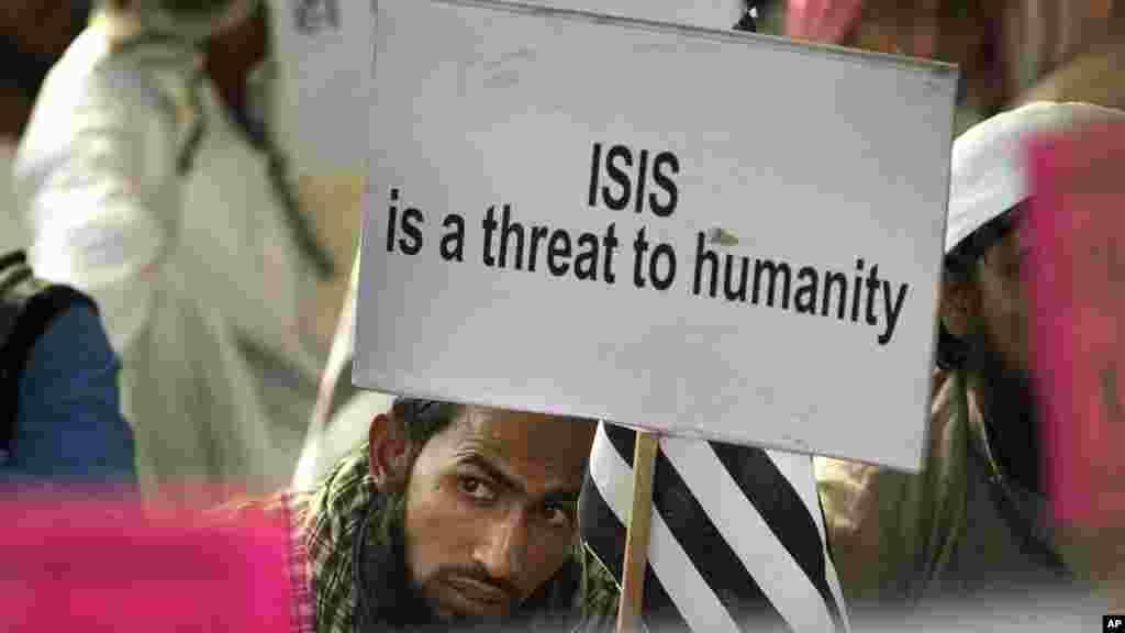 Un musulman tient une affiche lors d'une manifestation contre l'État islamique, en Inde, le 18 novembre 2015.