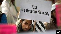 Des musulmans indiens manifestant contre le groupe État Islamique, à New Delhi, en Inde, le 18 novembre 2015.