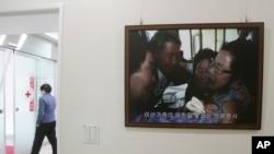Gambar reuni keluarga Korea Utara-Korea Selatan tahun 2010, terpasang di markas besar Palang Merah Korea di Seoul, 7 Januari 2014 (Foto: dok). Korea Utara kembali mengancam untuk membatalkan rencana reuni keluarga, jika Seoul dan Washington meneruskan rencana untuk melangsungkan latihan militer bersama.