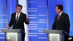 뉴햄프셔에서 열린 후보자 토론회의 미트 롬니 전 주지사(좌)와 릭 샌토럼 전 상원의원