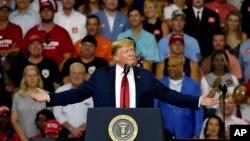 川普2018年6月25日晚在南卡州出席一場集會談美中貿易不平衡(美聯社)