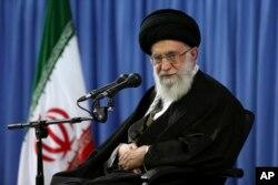 Lãnh tụ Tối cao Iran Ayatollah Ali Khamenei tham dự một cuộc họp với một nhóm tôn giáo ở Tehran, Iran, 9/4/2015.