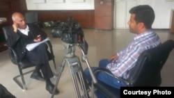 Wartawan VOA, Almigdad Mojalli (kanan) saat bertugas melakukan interview di Yaman (foto: dok).