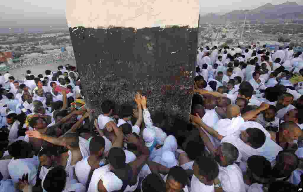 Mahujaji wakusanyika kwenye mlima Arafat katibu na mji mtakatifu wa Mecca wakiomba dua na kutekeleza ibada muhimu katika Hajj mahala Mtume Mohamed (SAW) alitoa hotuba yake ya mwisho, Oct. 14, 2013.