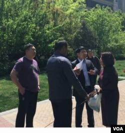 2017年4月28日,王峭岭斥责官派律师温志胜(手持信件者)和国保人员。(网络图片)
