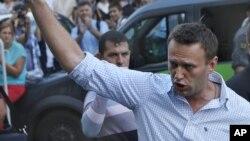 Ông Navalny bước ra từ một tòa án ở Moscow, 17/8/2012.