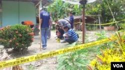 Polisi menyisir tempat terjadi penembakan misterius di Poso, Sulawesi Tengah. (VOA/Yoanes Litha)
