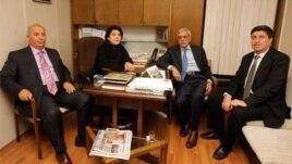 Parlamenter Leyla Zana ligel parlamantarên Kurd Murat Bozlak, Ahmet Turk û Altan Tan re li meclîsê ye