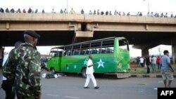 Bus penumpang yang menjadi sasaran serangan bom di Nairobi, Kenya, Minggu (4/5).