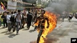 Seorang warga Tibet melakukan aksi bakar diri untuk memprotes kekuasaan TIongkok (Foto: dok). Loran Konchok, seorang warga Tibet dijatuhi hukuman mati dan keponakannya, Lorang Tsering dihukum 10 tahun enjara karena dituduh menghasut delapan orang untuk melakukan aksi bakar diri. Tiga dari delapan orang tersebut melaksanakan aksi tersebut dan tewas di tahun 2012.