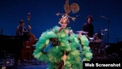 نمایش «تاریخ ۲۴ دهه موسیقی پاپ» از «تیلر مک»، در اجرا روی صحنه «پاورهاوس» در «کالج واسر» Photo: Vassar & New York Stage and Film