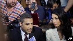 29일 이집트 카이로 법원에서 알자지라 방송사 기자인 캐나다인 아말 모하마드 파흐미(왼쪽)와 이집트인 바헤르 모하미(왼쪽 위)가 선고에 앞서 기자들의 질문에 답하고 있다.