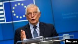 资料照:欧盟外交事务高级代表博雷尔(Josep Borrell)在召集外交事务对话会后见记者(2020年6月15日)