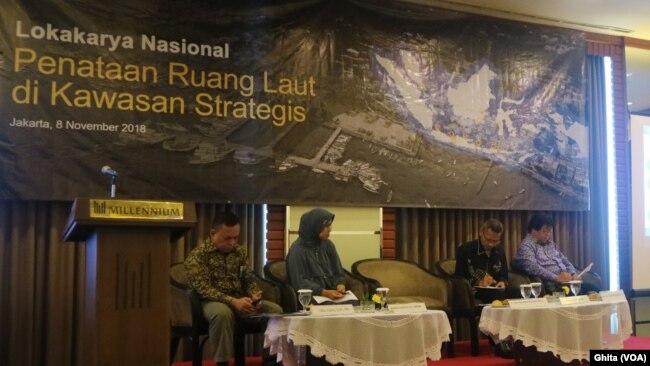Para pembicara dalam acara Lokakarya Nasional Penataan Ruang Laut di Kawasan Strategis, di Millenium Hotel Sirih Jakarta, Jakarta Pusat, Kamis (8/11). (Foto: VOA/Ghita)