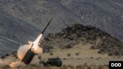 在加州二十九棕櫚村美國海軍陸戰隊空地作戰中心舉行的一次演習期間,一支海軍陸戰隊砲兵連發射HIMARS多管火箭炮。(2014年5月18日)