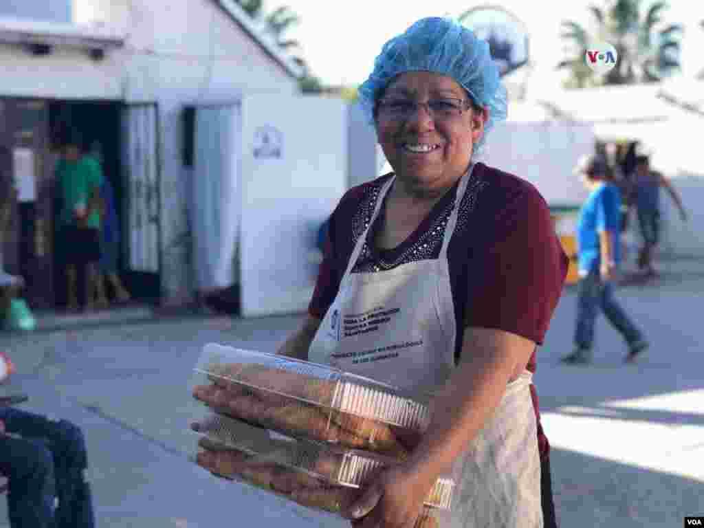 La esposa del pastor a cargo lleva comida para servir en el desayuno a los residentes de este albergue en Ciudad Juárez.Photo: Celia Mendoza - VOA.