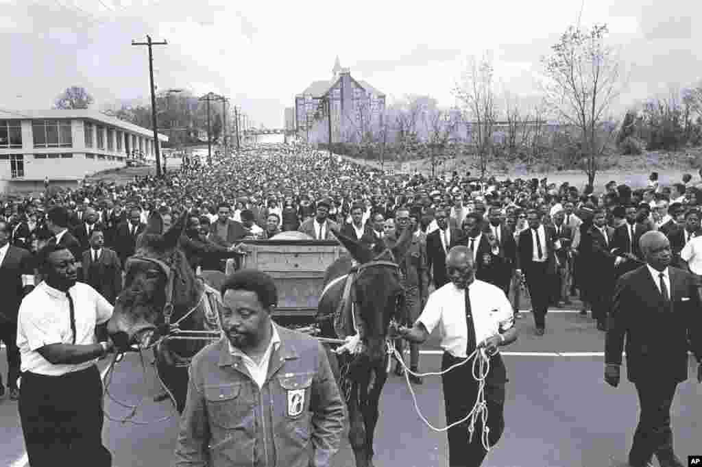 រូបភាពនេះបង្ហាញពីការដង្ហែសាកសពរបស់លោកMartin Luther King Jr. ទៅមហាវិទ្យាល័យ Morehouse ក្នុងក្រុង Atlanta រដ្ឋ Georgia។
