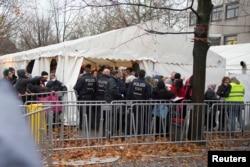 Para migran mengantre di sebuah tempat di luar kantor dinas kesehatan dan sosial Berlin (LAGESO) untuk mendaftarkan diri (17/11).