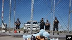 Grupa američkih gradonačelnika ostavila je cipele i igračke ispred pritvornog centra za decu imigranata u Tornilu u Teksasu, 21. juna 2018.