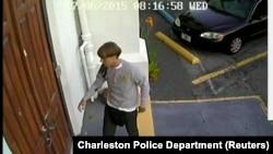 Ảnh cho thấy nghi Dylann Roof, 21 tuổi, đi vào nhà thờ ở Charleston.