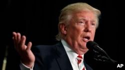 유세현장에서 경제 공약을 설명하고 있는 도널드 트럼프 미 공화당 대통령 후보. 당선되면 미국이 세계 각국과 맺은 자유무역협정들을 전면 무효화하거나 재검토하겠다는 입장을 여러차례 밝혔다. (자료사진)