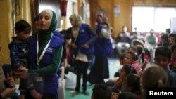 Người tị nạn Syria chờ đăng ký thông tin của họ tại một trung tâm xử lý của Hoa Kỳ ở Amman, Jordan, ngày 6/4/2016.