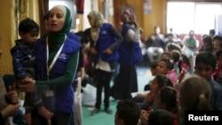 Para pengungsi Suriah menunggu pemrosesan dokumen di Kedutaan Besar AS di Amman, Yordania (foto: dok).