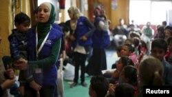 2016年4月6日,约旦首都安曼的美国接纳叙利亚难民中心。叙利亚难民在登记家庭信息。