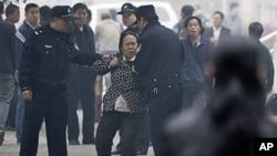 中国警察10月20日从北京一家法院附近拖走一名女性上访者。当时被拘押的人权活动人士王荔蕻正在这家法院出庭受审