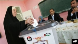 A Jordanian woman casts her vote in a polling station in Amman, Jordan, 9 November 2010