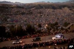 Paus Fransiskus dalam kendaraan 'Popemobile' (kanan) menyapa warga yang menyambut kedatangannya di Bolivia, Rabu (8/7)