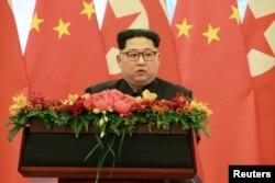 김정은 북한 국무위원장이 시진핑 중국 국가주석의 초청으로 중국을 비공식 방문했다. 집권 후 첫 해외 방문이었다.
