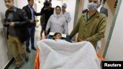 24일 아프가니스탄 동부 팍티카 주의 배구장에서 발생한 자살폭탄 테러로 부상당한 한 소년이 카불의 군용 병원에서 치료를 받고 있다.