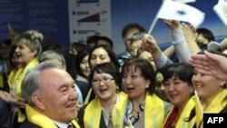 Ông Nazarbayev (trái) nói người dân Kazakhstan tán thành với những gì ông đã làm trong suốt 20 năm qua
