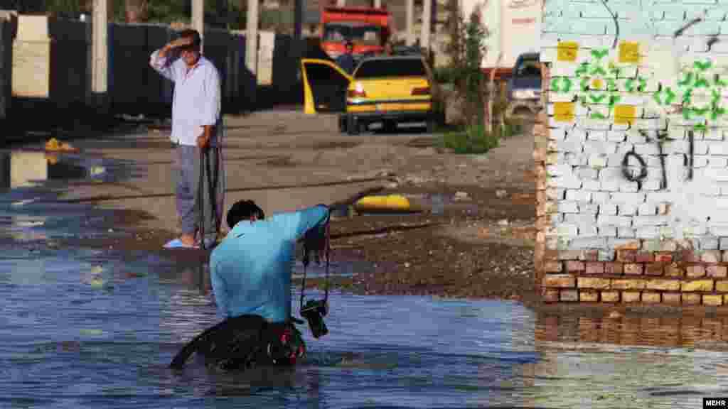 عدم مدیریت شهری و نبود سیستم فاضلاب مناسب شهرستان زابل باعث شده با هر بارانی، شهروندان دچار مشکل شوند. عکس: اصغر خمسه، مهر