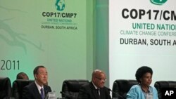더반에서 열린 제 17차 유엔 기후변화협약에 참석한 반기문 유엔사무총장(좌), 제이콥 주마(중앙) 남아프리카 대통령, 마이테 은코나-마샤바네(우) 남아프리카공화국 국제관계협력장관