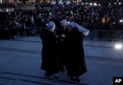 A group of nuns light candles at a vigil for the victims of Wednesday's attack, at Trafalgar Square in London, March 23, 2017. Mayor Sadiq Khan called for Londoners to attend the vigil in solidarity with the victims and their families and to show that London remains united.