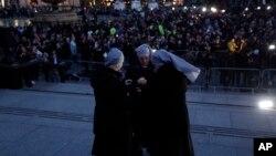 Un groupe de religieuses allument des bougies en hommage aux victimes de l'attentat de mercredi,Trafalgar Square, Londres. (AP Photo/Matt Dunham)