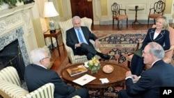克林顿国务卿,米切尔特使,内塔尼亚胡总理和阿巴斯主席在国务卿办公室