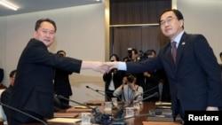 Ri Son Gwon, presidente de la Comisión para la Reunificación ¨Pacífica del país, estrecha la mano del ministro de Unificación de Corea del Sur, Cho Myoung-gyon, tras reunirse en Panmunjom, Corea del Sur, el viernes, 1 de junio, de 2018.