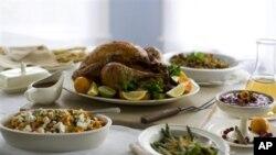 คนอเมริกันนิยมรับประทานไก่งวงอบพร้อมเครื่องเคียงในวัน Thanksgiving แต่มีผู้รักสัตว์ที่เริ่มรณรงค์เสนออาหารทางเลือกแทนไก่งวงขึ้นบ้างแล้ว