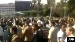 Suriye'de Göstericiler Bazı Binaları Ateşe Verdi