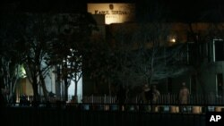 Tentara AS berada di luar komplek hotel Serena di Kabul (foto: dok).