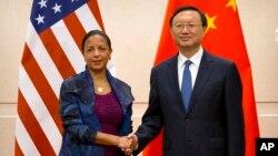Cố vấn An ninh Quốc gia Hoa Kỳ Susan Rice (trái) và Ủy viên Quốc vụ viện Trung Quốc Dương Khiết Trì bắt tay khi họ chụp ảnh tại Bắc Kinh, thứ Hai ngày 25 tháng 7 năm 2016.