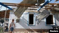Một căn nhà bị hư hại do pháo kích ở ngoại ô thành phố Mariupol, ngày 7 tháng 9, 2014.