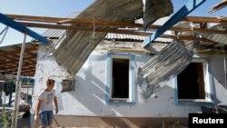 Mariupol ၿမိဳ႕အစြန္မွာ အေျမာက္ထိမွန္ပ်က္စီးသြားတဲ့ လူေနအိမ္တလံုး။ (စက္တင္ဘာ ၇၊ ၂၀၁၄)