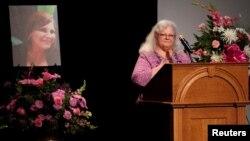 La mère de la femme de 32 ans tuée par un sympathisant néo-nazi à Charlottesville (Virginie) Susan Bro lors des funerailles de sa fille, 16 août 2017
