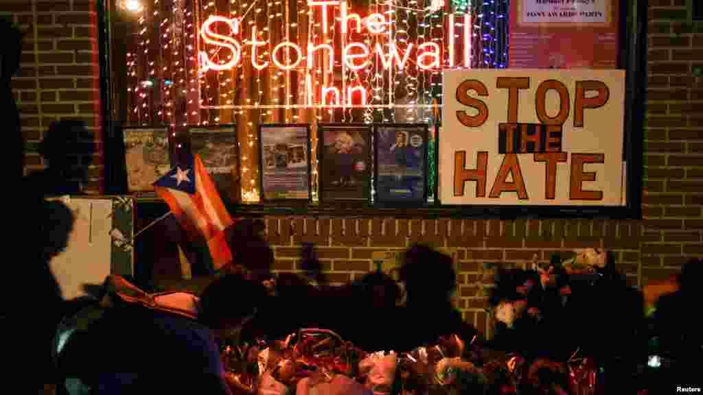 Le Stonewall Inn, considéré comme le centre du mouvement des droits des homosexuels de New York, àprès l'attaque à orlando, Manhattan, le 12 juin 2016.