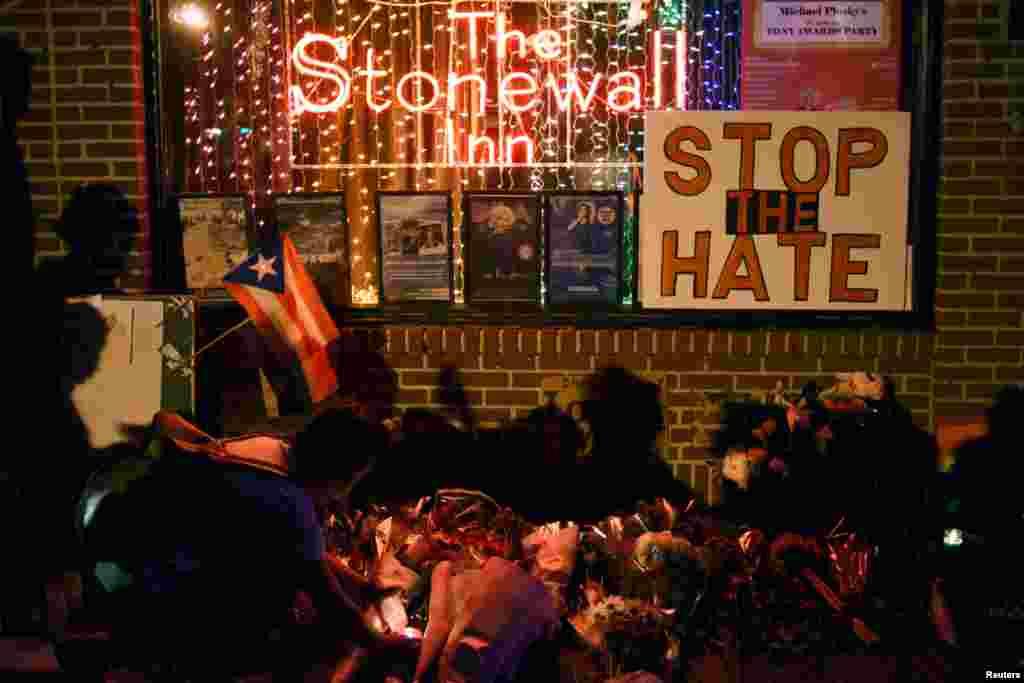 ការគោរពចងចាំនៅខាងក្រៅសណ្ឋាគារ Stonewall Inn ដែលមានការចូលរួមពីមនុស្សជាច្រើននៃចលនាសិទ្ធិមនុស្សស្រឡាញ់ភេទដូចគ្នានៅកណ្តាលទីក្រុង New York ក្រោយពេលការសម្លាប់ក្នុងក្លឹបកំសាន្ត Pulse Orlando ទីក្រុងManhattan ថ្ងៃទី១២ ខែមិថុនា ឆ្នាំ២០១៦។